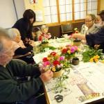 テーブルコーディネートのお花は、元お花屋さんの昌さんにアレンジメントを習ってみんなで作りました