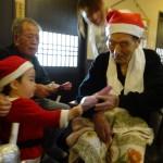 最後は、ちびっ子サンタさん(スタッフの子供)からのプレゼントだよ