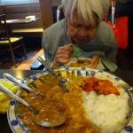 こーんなに大きい大皿のカラーライスを注文。「美味しい」と言ってパクパク食べました