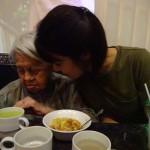 聴く専門の綾子さんはご飯より良子さんの歌にずっとリズムをとっていました