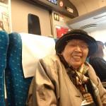 新幹線の車中では、期待に胸ふくらみ、この笑顔
