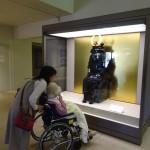 美術館内でレプリカの鎧兜をじーっと