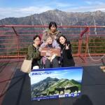 山の頂上で記念撮影